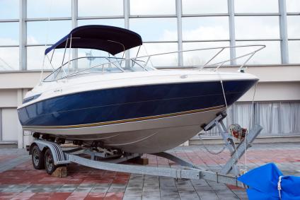 transport łodzi motorowej na przyczepie