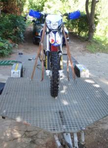 transport motocykla na przyczepie