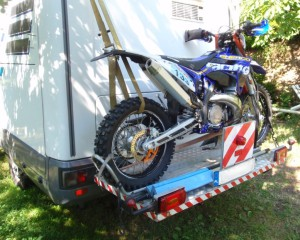 transport motocykla na platformie mocowanej do campera
