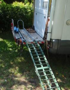 przewóz motocykla na platformie mocowanej do campera 2