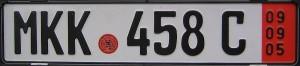 niemiecka tablica rejestracyjna z czerwonym paskeim